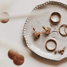 Универсальные украшения: золотые часы и серьги-кольца